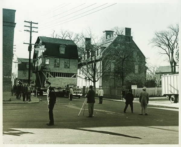 Moving Stoodley's Tavern (in two parts) past the Warner House on Daniel Street, 1964.